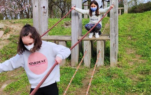 Los alumnos de 3º y 4º de primaria en el parque de Ametzagaina.